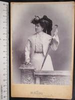 FOTÓ FOTÓGRÁFIA FÉNYKÉP MŰTERMI JELZETT KEMÉNYHÁTÚ DIVAT HÖLGY DÁMA KÉP NAPERNYŐ cca. 1890