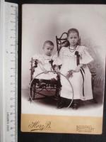 FOTÓ FOTÓGRÁFIA FÉNYKÉP MŰTERMI JELZETT KEMÉNYHÁTÚ GYERMEK LÁNY TESTVÉR PÁR KÉP BUDAPESTcca. 1890