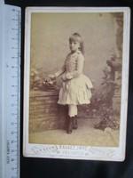 FOTÓ FOTÓGRÁFIA FÉNYKÉP MŰTERMI JELZETT KEMÉNYHÁTÚ LÁNY IFJÚ ÚR - HÖLGY FÁBIÁN GIZELLA KÉP ARAD 1913