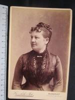 FOTÓ FOTÓGRÁFIA FÉNYKÉP MŰTERMI JELZETT KEMÉNYHÁTÚ ELŐKELŐ DIVAT HÖLGY DÁMA KÉP BUDAPEST cca. 1890