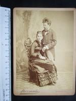 FOTÓ FOTÓGRÁFIA FÉNYKÉP MŰTERMI JELZETT KEMÉNYHÁTÚ ELŐKELŐ PÁR FÉRFI ÚR HÖLGY BUDAPEST cca.1890