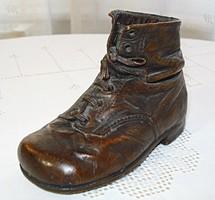 Különleges technikával készült, bronzírozott bőr magas szárú gyerekcipő a XIX. század végéről