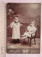 FOTÓ FOTÓGRÁFIA FÉNYKÉP MŰTERMI JELZETT KEMÉNYHÁTÚ GYERMEK TESTVÉR PÁR KÉP cca.1890