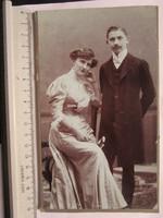 FOTÓ FOTÓGRÁFIA FÉNYKÉP MŰTERMI JELZETT KEMÉNYHÁTÚ PÁR KÉP ELŐKELŐ PÁR HÖLGY ÚR DEBRECEN cca.1890