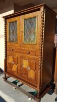 Eladó egy Kolonial .bárszekrény , komód Bútor jó állapotú ,szép. Méretei:104cm x 49cm x 143cm magas.