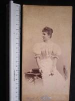 FOTÓ FOTÓGRÁFIA FÉNYKÉPJELZETT MŰTERMI KEMÉNYHÁTÚ ELŐKELŐ HÖLGY DÁMA NŐ KÉP TEMESVÁR cca 1890
