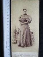 FOTÓ FOTÓGRÁFIA JELZETT FÉNYKÉP KEMÉNYHÁTÚ ELÖKELŐ DIVAT HÖLGY DÁMA NŐ KÉP TRENCSÉN cca 1900