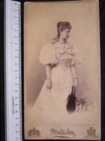 FOTÓ FOTÓGRÁFIA JELZETT FÉNYKÉP KEMÉNYHÁTÚ ELÖKELŐ DIVAT HÖLGY SCHARFF ILONA KÉP BUDAPEST cca 1900