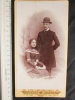 FOTÓ FOTÓGRÁFIA FÉNYKÉP KEMÉNYHÁTÚ ELÖKELŐ PÁR KEMÉNYKALAP FÉRFI + HÖLGY KÉP BUDAPEST cca 1900