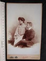 FOTÓ FOTÓGRÁFIA FÉNYKÉP KEMÉNYHÁTÚ ELÖKELŐ PÁR  FÉRFI + HÖLGY KÉP BUDAPEST cca 1900
