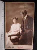 FOTÓ FOTÓGRÁFIA FÉNYKÉP JELZETT KEMÉNYHÁTÚ ELÖKELŐ PÁR HÖLGY + ÚR + ROMANTIKA KÉP BUDAPEST1912