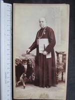 FOTÓ FOTÓGRÁFIA FÉNYKÉP JELZETT KEMÉNYHÁTÚ KITÜNTETETT FŐPAP PAP BÍBOROS + KITÜNTETÉS cca 1890