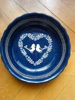 Jelzett majolika tálaló tál, szíves galambpár, Ø 23,5 cm, kék