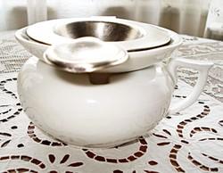 Ezüstözött alpakka teaszűrő és porcelán csepegtetőtál