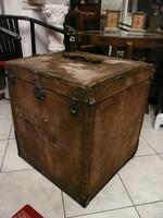 Nagyon ritka kocka alakú jelzett női utazóláda eredeti állapotban a századforduló időszakából