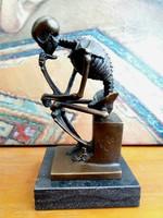 Gondolkodó csontváz bronz szobor