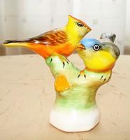 Színpompás, kézzel festett kerámia madárkapár