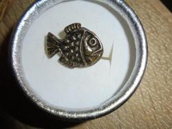 Hal figurás kitűző/bross
