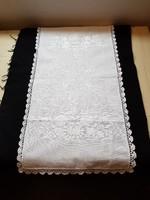 65 cm x 30 cm fehér terítő, gazdagon hímezve