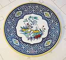 Zenélő puttóval díszített, kézzel festett fali tányér (Villeroy & Boch)