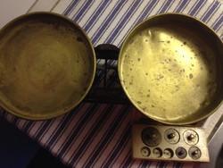 Antik mérleg - réz tányérokkal és súlyokkal