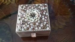 Ekszeres doboz flitteres díszítéssel  10x10x5 cm