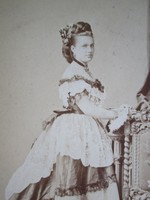 BUDAPEST ARISZTOKRATA DIVAT ÚRI HÖLGY SZATHMÁRY PAP KÁROLY -NÉ JELZETT ALÁÍRT CDV FOTÓ cca 1880