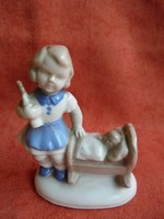 Német porcelán kislány figura bölcsővel