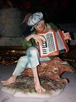 Harmonikázó férfi -  porcelán figura