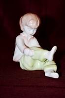 Aquincum cipőt fűző kislány  ( DBZ 00103 )