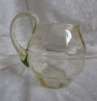 Zöld-sárga színekben játszó üvegkancsó