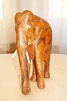 Szantálfából kézzel faragott elefánt szobor, csont agyarral