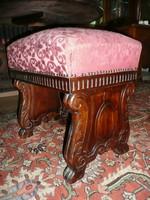 Eladó egy meseszép, minden porcikájában kézzel faragott kb.200 éves antik ülőke