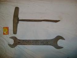 Két darab régi szerszám - kulcs és fúró