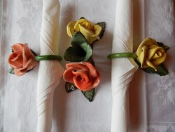 Rózsás kerámia szalvétagyűrűk és gyertyatartó