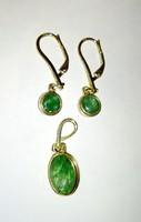 Arany fülbevaló és medál szett smaragd kövekkel
