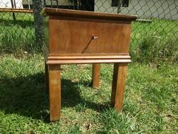 Art deco szék méretű kis éjjeliszekrény - kulcsos kis szekrény -Postázom is!