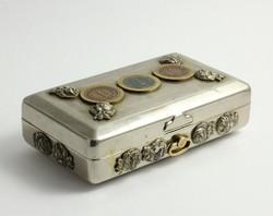 Pénzérmékkel díszített nikkelezett szelence
