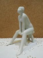 Pál Mihály szobrászművész sámlin ülő nő.