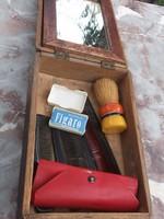 Népi borotválkozó készlet faragott dobozában