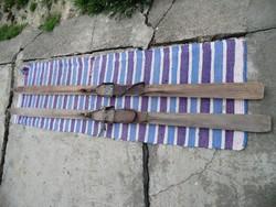 Antik sítalp bőrszíjjal és fémrugóval erősíthető a bakancsra. 210 cm hosszú 7-8 cm széles