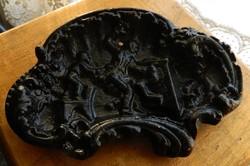 Ca. 100 éves dombormintás jelenetes vas hamutál - nem egy békés jelenettel...
