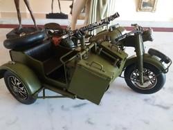 Katonai oldalkocsis motorkerékpár (géppisztollyal felszerelt)