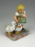 0P018 Régi Ilmenau porcelán kis lány libákkal