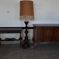 Antik faragott kétfiokos szekrater nagy antik faragott állólámpával