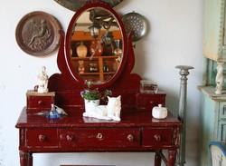 Egyedi hangulatú, tükrös fésülködő asztalka