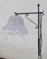 Kovácsoltvas állólámpa virágos fodros burával