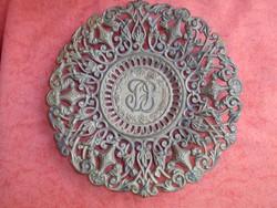 Öntött vas monogramos tányér