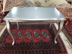Ezüst színű Chippendale lerakó asztalka