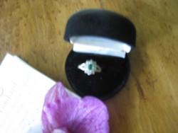 Fehér arany gyűrű 9 db 1 mm-es brillkővel és 4x5 mm-es smaragd kővel (7-es méret)